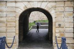 Женщина держа белый зонтик в проходе Стоковые Изображения RF