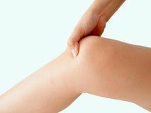 Женщина держа больное колено Стоковые Изображения RF