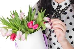 Женщина держа букет роз и тюльпанов в коробке Стоковые Изображения RF