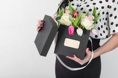 Женщина держа букет роз и тюльпанов в коробке Стоковое фото RF