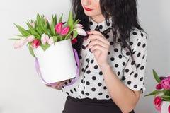 Женщина держа букет роз и тюльпанов в коробке Стоковые Изображения