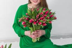 Женщина держа букет роз и тюльпанов в коробке Стоковое Изображение RF