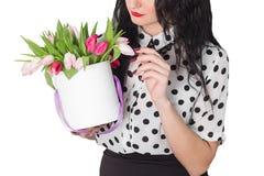 Женщина держа букет роз и тюльпанов в коробке Стоковая Фотография RF