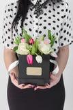 Женщина держа букет роз и тюльпанов в коробке Стоковое Фото