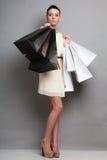 Женщина держа бумажные хозяйственные сумки Стоковые Фотографии RF