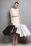 Женщина держа бумажные хозяйственные сумки Стоковая Фотография RF