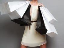 Женщина держа бумажные хозяйственные сумки Стоковые Изображения RF