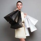 Женщина держа бумажные хозяйственные сумки Стоковое фото RF