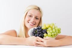 Женщина держа виноградины стоковые фотографии rf