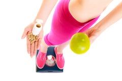 Женщина держа витамины и яблоко здоровье внимательности рукояток изолировало запаздывания Стоковые Фотографии RF
