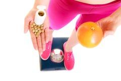 Женщина держа витамины и яблоко здоровье внимательности рукояток изолировало запаздывания Стоковое Фото