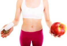Женщина держа витамины и яблоко здоровье внимательности рукояток изолировало запаздывания Стоковая Фотография RF
