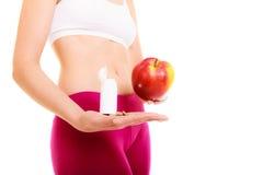 Женщина держа витамины и яблоко здоровье внимательности рукояток изолировало запаздывания Стоковые Изображения