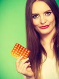 Женщина держа Витамин C пакета волдыря пилюлек Стоковые Фото