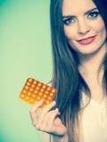 Женщина держа Витамин C пакета волдыря пилюлек Стоковая Фотография RF