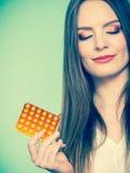 Женщина держа Витамин C пакета волдыря пилюлек Стоковые Изображения