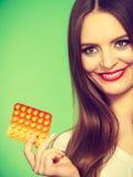 Женщина держа Витамин C пакета волдыря пилюлек Стоковая Фотография