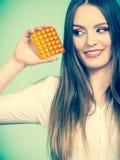 Женщина держа Витамин C пакета волдыря пилюлек Стоковое фото RF