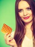 Женщина держа Витамин C пакета волдыря пилюлек Стоковые Изображения RF