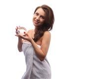Женщина держа вокруг розового мыла в коробке, портрете девушки с вьющиеся волосы и белом полотенце ноги ясного дня цветут вода fr Стоковые Фото