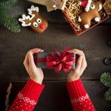 Женщина держа в подарке на рождество рук с красной лентой Концепция Xmas Стоковое Фото