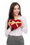 Женщина держа в форме сердц коробку Стоковое Изображение