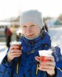Женщина держа горячее питье стоковая фотография