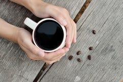 Женщина держа горячую чашку кофе Стоковое Изображение RF
