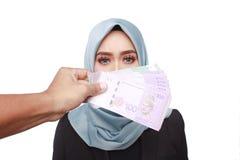 Женщина держа деньги взяточничества Стоковые Изображения