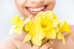 Женщина держа желтые daffodils Стоковые Изображения