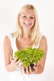Женщина держа зеленый салат стоковая фотография rf
