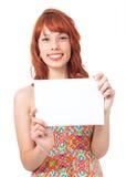 Женщина держа знак рекламы Девушка Redhead носит красочное и Стоковая Фотография RF