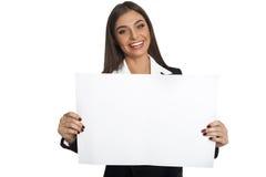 Женщина держа лист бумаги Стоковая Фотография RF