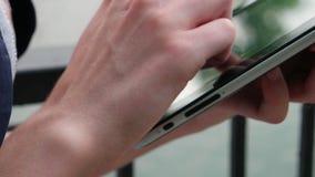 Женщина держа и касаясь на цифровом ПК таблетки сток-видео