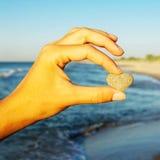Женщина держа камень сердца Стоковые Изображения RF