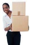 Женщина держа картонные коробки Стоковое Изображение RF