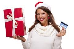 Женщина держа карточку подарка и банка рождества Стоковая Фотография