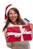 Женщина держа карточку подарка и банка рождества Стоковые Изображения