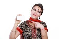 Женщина держа карточку стоковые изображения rf