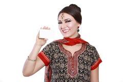 Женщина держа карточку стоковые изображения
