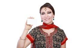 Женщина держа карточку стоковая фотография rf
