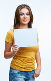 Женщина держа карточку blanc Стоковые Фотографии RF