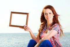 Женщина держа концепцию перемещения рамки стоковые изображения rf