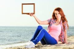 Женщина держа концепцию перемещения рамки стоковые фотографии rf