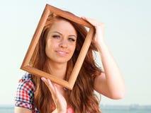 Женщина держа концепцию перемещения рамки стоковое изображение