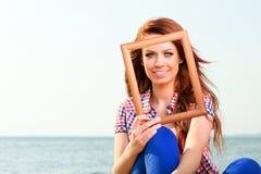 Женщина держа концепцию перемещения рамки стоковая фотография rf