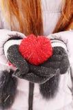 Женщина держа красное сердце стоковая фотография
