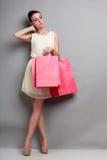 Женщина держа красные бумажные хозяйственные сумки Стоковое Фото
