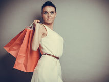 Женщина держа красные бумажные хозяйственные сумки Стоковые Фотографии RF