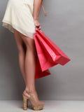 Женщина держа красные бумажные хозяйственные сумки Стоковые Фото
